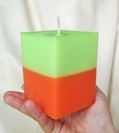 LIELĀ KUBA FORMAS SVECE Zaļš / oranžs